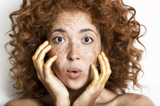 Mulher com as mãos no rosto — Fotografia de Stock