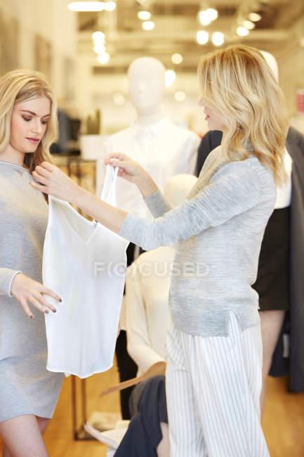 Amigos comprando roupas juntos — Fotografia de Stock