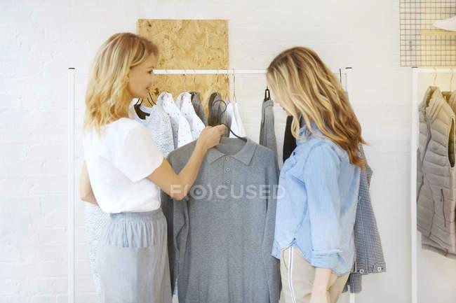 Друзі купівлі одягу разом — стокове фото