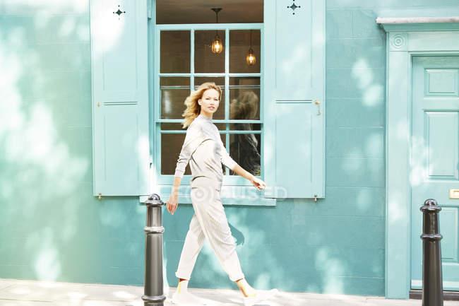 Frau läuft auf Gehweg — Stockfoto