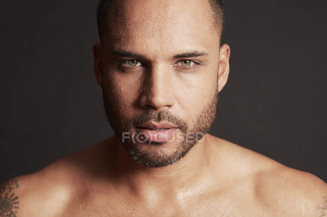 Man using skin care product — Stock Photo