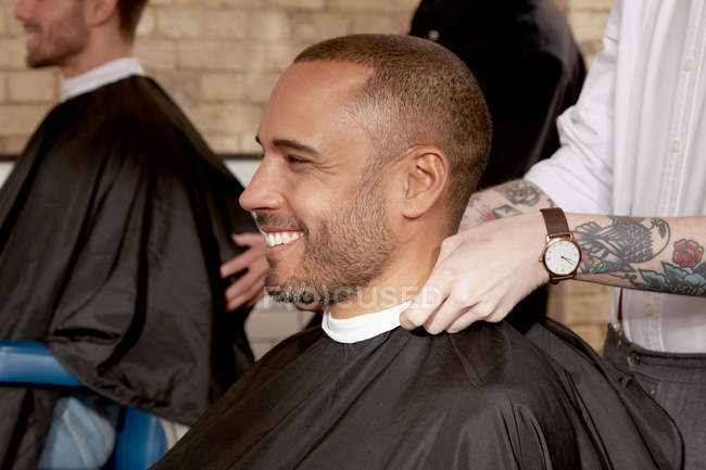 Barber cutting clients hair — Stock Photo