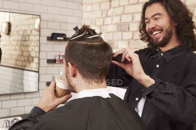 Barbiere taglio clienti capelli — Foto stock