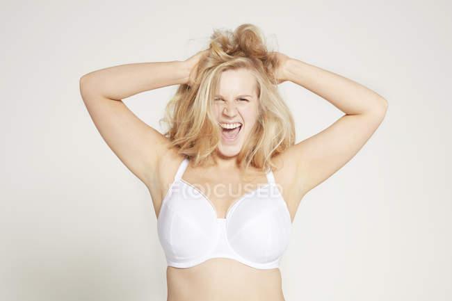 Model posiert in weißem BH — Stockfoto