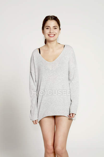Modèle portant un pull gris — Photo de stock