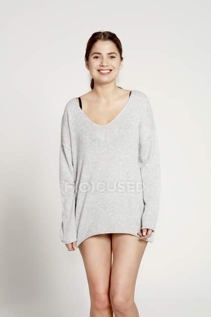 Modello con maglione grigio — Foto stock