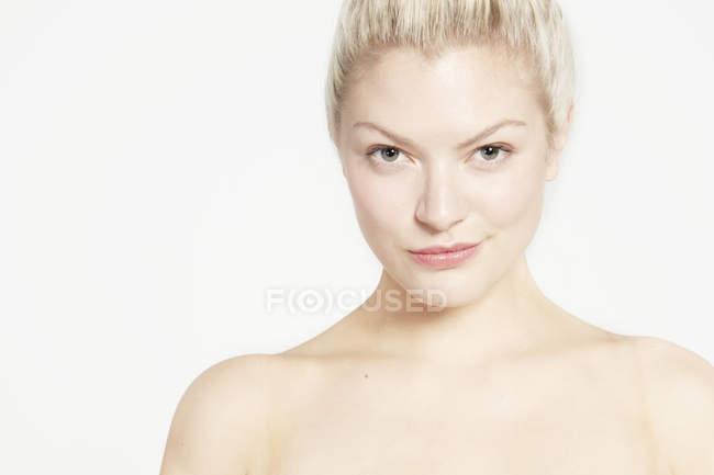 Модель с голыми плечами и булочкой для волос — стоковое фото