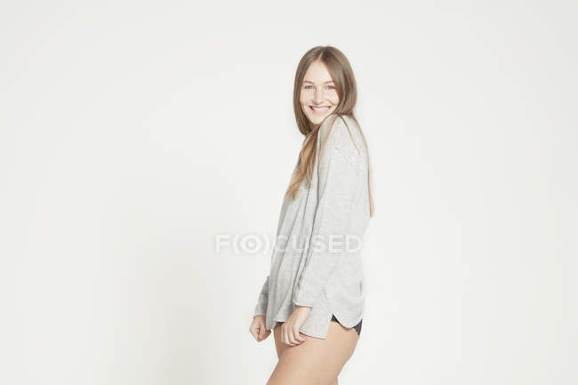Frau posiert in Langarm-shirt — Stockfoto