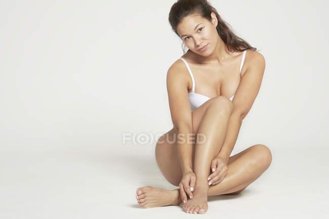 Жінка позує в студії — стокове фото