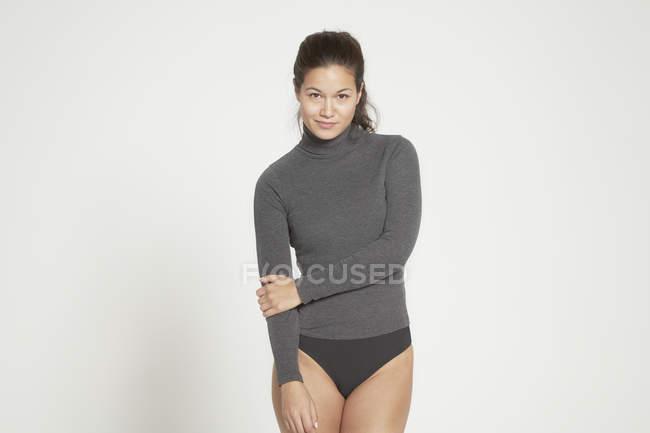 Donna che posa in camicia a maniche lunghe — Foto stock