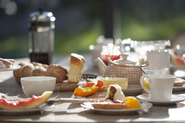 Breakfast food on dining table — Stock Photo