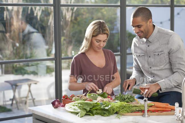 Casal preparando comida juntos — Fotografia de Stock
