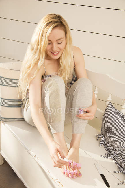 Donna pittura unghie dei piedi — Foto stock
