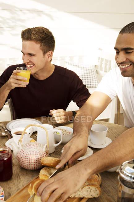 Amici che fanno colazione — Foto stock