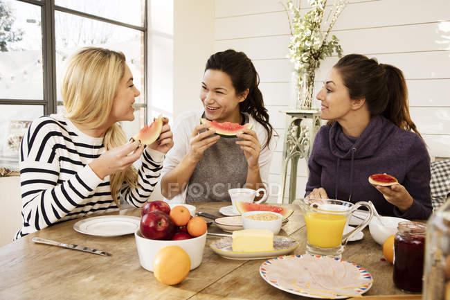 Amici che fanno colazione insieme — Foto stock