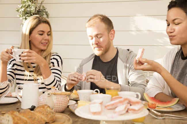 Amis petit déjeuner ensemble — Photo de stock