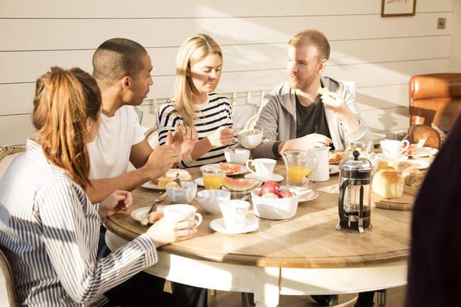 Друзья, заказывающего завтрак — стоковое фото