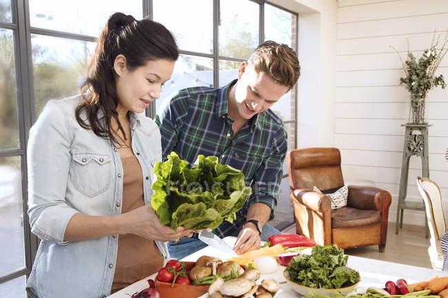 Paar bereitet gemeinsam Essen zu — Stockfoto