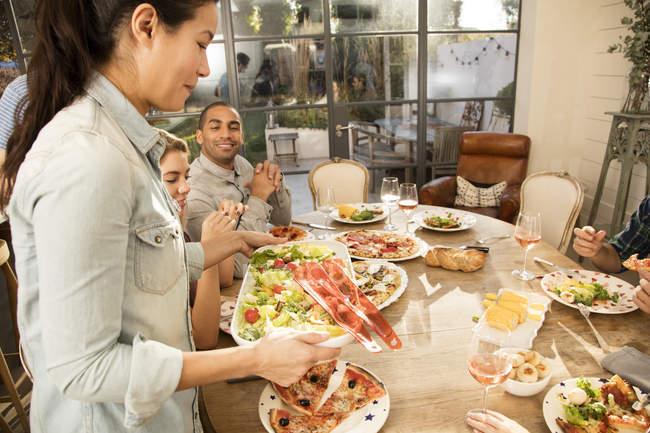 Друзья ужинают вместе — стоковое фото