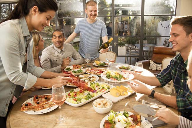 Freunden zusammen Essen — Stockfoto
