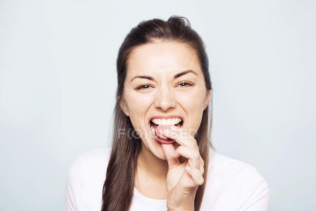 Woman eating cookie — Stock Photo