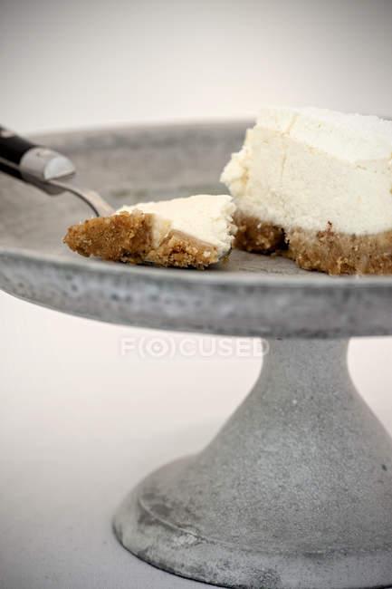 Tarta de queso en soporte de pastel vintage - foto de stock