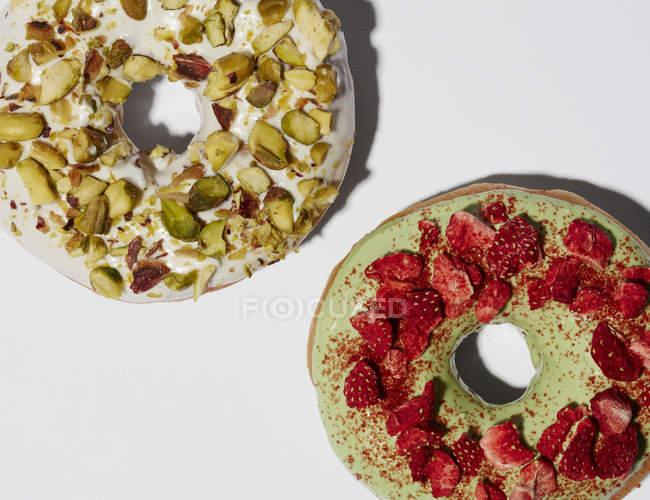 Gâteaux aux fraises et pistaches — Photo de stock