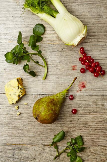 Peras, arándanos y verduras - foto de stock