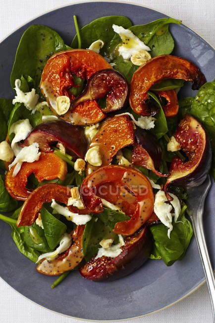 Salad with figs on plate — Stock Photo