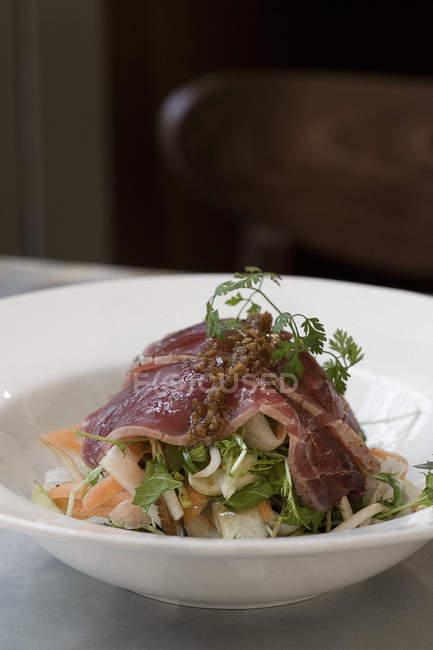 Gourmet-Schüssel Rindfleisch in Platte — Stockfoto