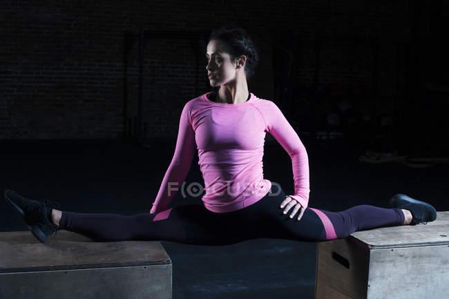 Frau dabei spaltet sich im Fitness-Studio — Stockfoto