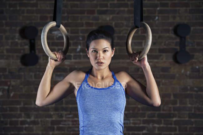 Женщина с помощью кольца упражнений — стоковое фото