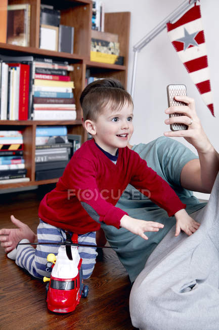 Father taking selfie with son — Stock Photo
