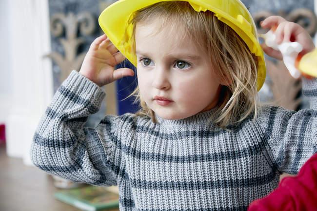 Девушка носить желтый шлем — стоковое фото