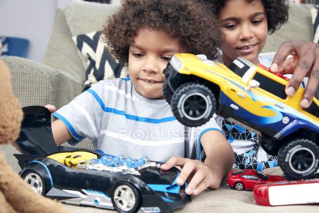 Meninos brincando com carros de brinquedo — Fotografia de Stock