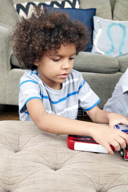 Мальчик играет с машинки — стоковое фото
