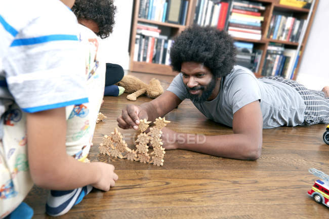 Отец и сыновья, играя с блоками — стоковое фото