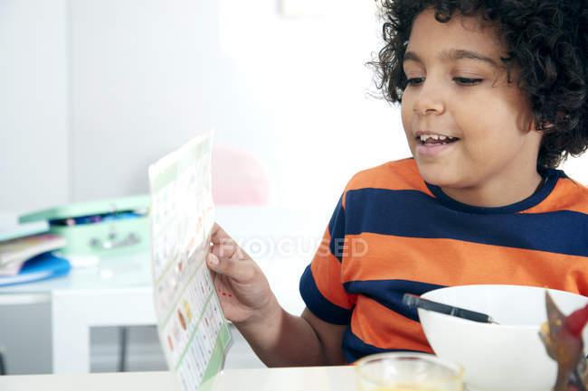 Мальчик, держащий карту — стоковое фото