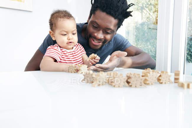 Pai jogando blocos com filha — Fotografia de Stock