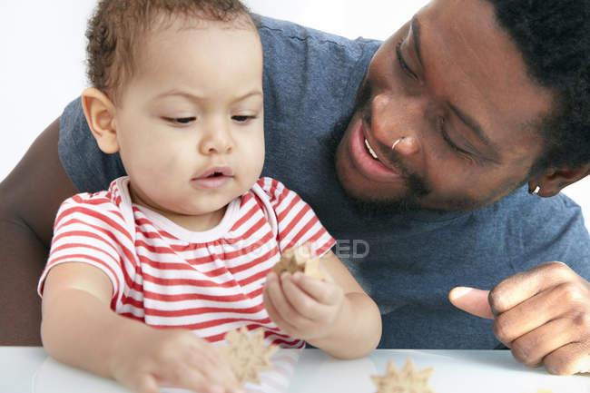 Отец играл блоков с дочерью — стоковое фото