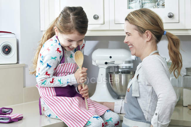 Мати і дочка веселяться кухні — стокове фото