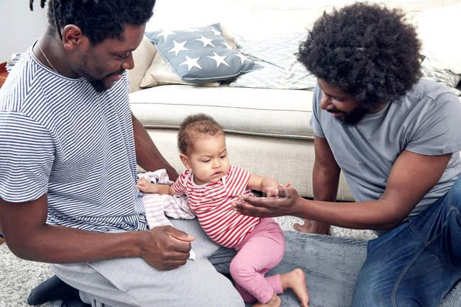 Отцы, играя с дочерью на ковер — стоковое фото