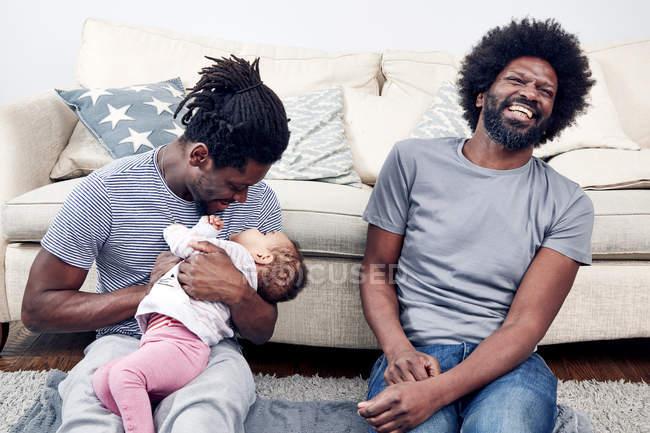 Väter spielen mit Tochter auf Teppich — Stockfoto