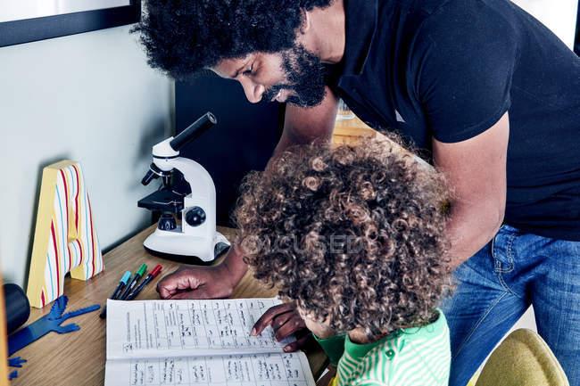 Отец сын помощь с домашней работой — стоковое фото