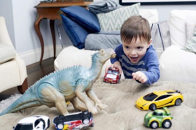 Хлопчик грає з іграшками. — стокове фото