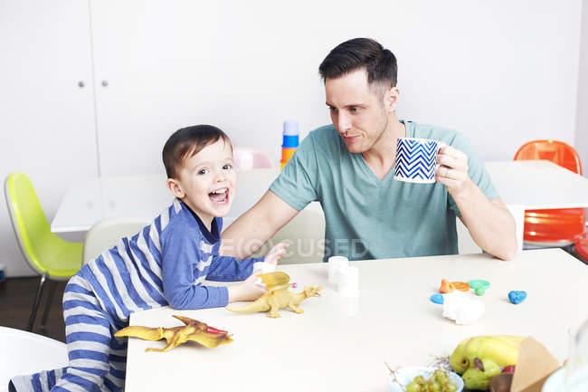 Батько, грати з сином у Ігри — стокове фото