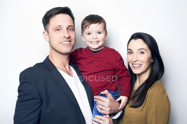 Figlio della holding del padre in braccia e moglie — Foto stock