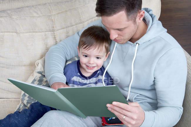 Читання книги батька до сина — стокове фото