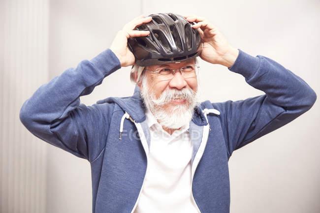 Homme de mettre le casque de vélo — Photo de stock