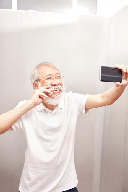 L'homme prenant selfie sur smartphone — Photo de stock